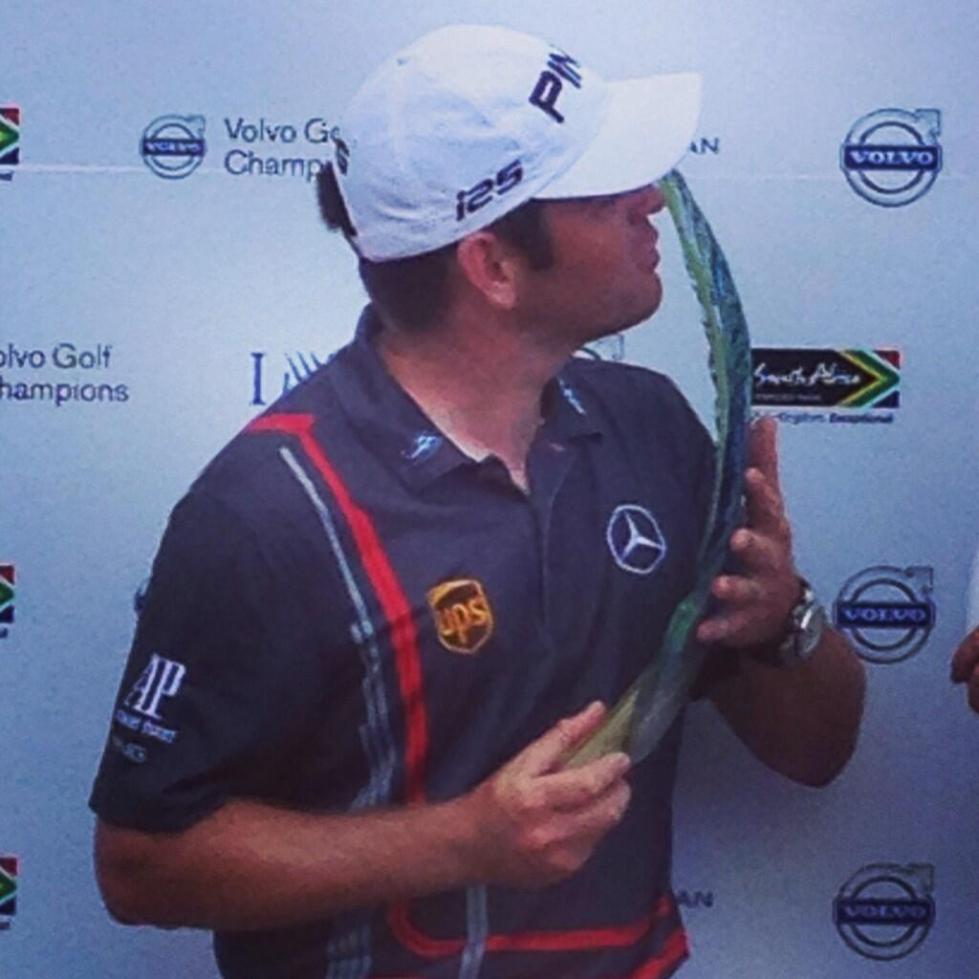 Louis Oosthuizen kisses the Volvo Golf Champions trophy. (Courtesy: European Tour Twitter account)